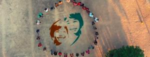 Logo association Enfants d'Asie encerclé par une chaine humaine prise de dessus