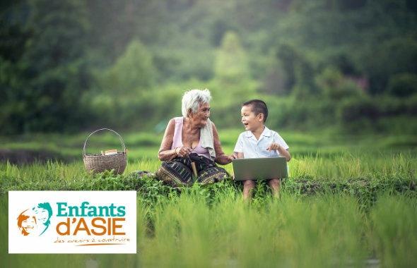 Une grand-mère et son petit fils dans la nature vietnamienne. Journée mondiale pour l'environnment
