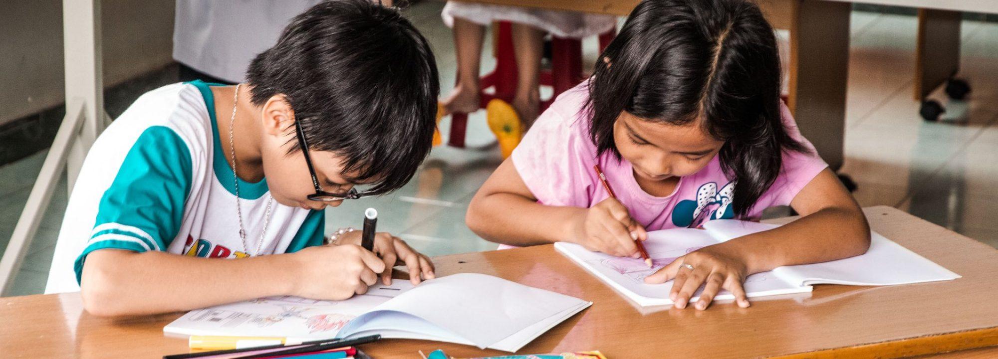 Enfants de l'association Enfants D'Asie en train d'écrire