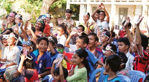 Groupe d'enfant soutenu par l'association Enfants d'Asie au Cambodge
