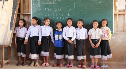 Enfants devant un tableau de classe à Oudomxay au Laos - Enfants d'Asie